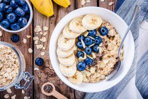 Havermout ontbijtje met blauwe bessen