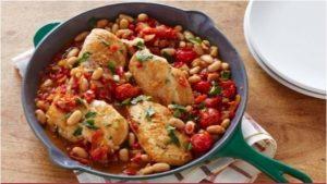 Gebakken kippenborst met witte bonen en cherry tomaten