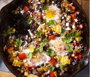 Zwarte bonen en mais met gepocheerde eieren